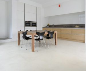 Design houten tafel in een keuken op een mooie gietvloer